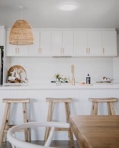 Country charm dances with coastal charisma in this gorgeous kitchen by @fatmumslim. 😊⠀ ⠀ Balanced beautifully with a range of textures, this space is a welcoming embrace to catch any dilemmas from the day. ⠀ ⠀ The choice of natural decor adds an unparalleled warmth to the room and is heightened by our luminous brushed brass tapware. ✨⠀ 🛒 ABI Featured Products⠀ - Elysian Commercial Pull Out Kitchen Mixer in Brushed Brass Kitchen Room Design, Home Decor Kitchen, Home Kitchens, Kitchen Ideas, Bathroom Interior, Kitchen Interior, Interior Desing, Reno, Home Living Room