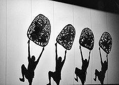Traditionnellement, les représentations avaient lieu la nuit, en plein air, aux abords d'une rizière ou d'une pagode. Un grand tissu blanc est tendu entre deux hauts mats de bambous, devant un grand feu ou – désormais - des projecteurs. La silhouette de la marionnette est projetée en ombre chinoise sur cet écran blanc. Le manipulateur lui donne vie en effectuant des pas de danse précis et spécifiques, lui insufflant ainsi une variété de mouvements. Accompagnée d'un orchestre et 2 narrateurs.
