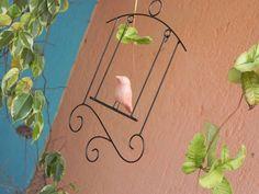 Escultura+para+pendurar+feita+em+arame+e+passarinho+de+cerâmica