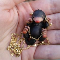 Fans of 'Fantastic Beast's fell madly in love with the adorable little thief known as Niffler who just wants to get his little hands all over any thing shinny. Harry Potter Diy, Estilo Harry Potter, Theme Harry Potter, Harry Potter Universal, Harry Potter World, Harry Potter Schmuck, Bijoux Harry Potter, Fantastic Beasts Movie, Fantastic Beasts And Where