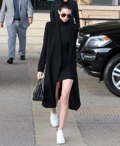 Nothing says model off-duty like this all black ensemble worn by Kendall Jenner. Playing with layers Kendall pairs the short fitted dress with an elongated and oversized coat black leather satche. Fashion In, Fashion Models, Fashion Outfits, Womens Fashion, Fashion Black, Trendy Fashion, Vintage Fashion, Outfits 2016, Trendy Style