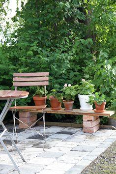 Pench for flowers, patio. Garden Yard Ideas, Garden Art, Home And Garden, Outdoor Furniture Sets, Outdoor Decor, Outdoor Ideas, Garden Inspiration, Foyer, Patio