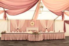 """A főasztalt feltétlenül ki kell emelni, hogy a menyasszony """"látszódjon"""" . Tabula Rasa, Minden, Bridezilla, Valance Curtains, Wedding Decorations, Home Decor, Fiestas, Altar Decorations, Decoration Home"""