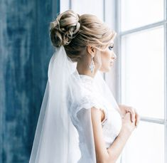 Such a chic wedding updo with curls. Brides With Buns via @junoandjoy