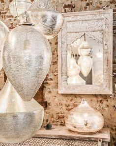 Les suspensions, la lanterne, le miroir  ne sont-ils pas magnifiques?✨ Bonne soirée #instagram ✨✨✨✨ #morocco#moroccan#oriental#dubai#design#decor#modern#interior#interiordesign#craft#traditional#bohemian#chic#cosy#house#home#room#linvingroom#white#gold#silver#lantern#metal#candles#mirror#light#beautiful#inspiration#instagood