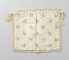 Frivolitétas in rechthoekig model van ivoorkleurig tafzijde, waarop 21 gestrooide bloemtakken geborduurd met kleurige linten, met zijden kloskant omboord, anoniem, ca. 1770 - ca. 1790