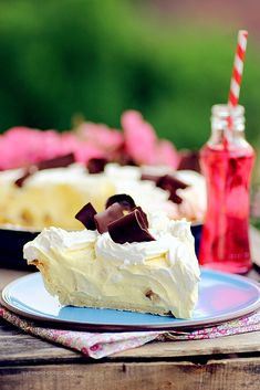 While I am normally a banana pudding person, this banana cream pie does look good and fluffy! From Just Love Cookin.com. Scroll down for English version of the recipe.