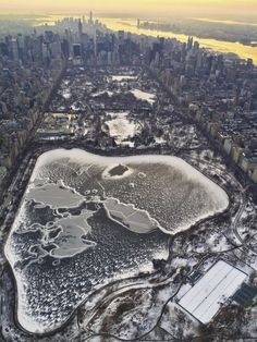 Aerial view of Central Park in winter, NYC Park Photos, Photos Du, Cool Photos, Epic Photos, Central Park, Empire State Of Mind, Empire State Building, New York Photographie, Brooklyn Bridge