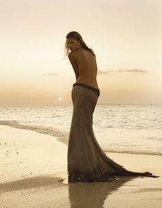 un dos, des hanches drapée, un regard plein de poésie... le soleil se couche sur nos désirs.... ....jamais assoupis