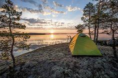 Moni luontoelämys löytyy yllättävän läheltä. Tämän auringonnousun kuvasi matkabloggaaja Heidi Lehtosaari Saimaan saaristossa. #travel #travelling #blog #finland #nature #finnishnature #hiking #experience #outdoorlife #outdoor #lansdscape #camping #saimaa Outdoor Gear, Chile, Tent, Cabin Tent, Store, Chili Powder, Tentsile Tent, Chili, Tents