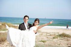 La boda de Claudia y Migue. Fotos de los novios después de la ceremonia civil . Ceremonia de boda civil en la playa. Boda de otoño en la playa. En l'Estibador. Playa de El Saler, Valencia. #Bodaenlaplaya