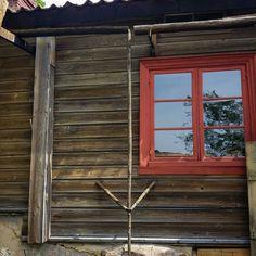 Turun Luostarinmäen käsityöläismuseo on täynnä korttelittain upeita perinnedetaljeja talonpoikaisen rakennustavan ystäville. Tässä sadevesien ohjausta perinnemateriaaleja käyttäen: ränninä toimii koverrettu puunrunko ja peltisen syöksytorven sijaan käytetään syöksyrimaa jonka päällä vesi juoksee siististi alas. #vedenohjaus #luostarinmäki #rakennusperintö #byggnadsvård #hirsitalo #puutalo #vanhatalo #perinneasuntomessut