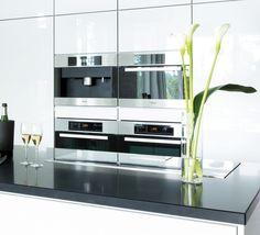 Huippukodinkoneilla luksusta keittiöön. A la Carte -keittiöt, Inverno. Taso Caesarstone Pure Black. | #keittiö #kitchen