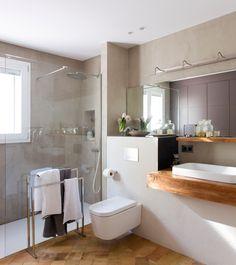 Una ducha XL Aprovechar toda la pared con un plato de ducha XL es una manera de aprovechar al máximo el espacio del baño y disfrutar, a la vez, de una ducha cómoda para el día a día. Lo agradecerás. Bathroom Inspo, Simple Bathroom, Contemporary Bathrooms, Modern Bathroom Design, Yellow Bathrooms, Modern Rustic, Decoration, Bathtub, House Design