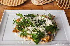 Teigfladen-Sandwich mit Putenstreifen, Rucola und Parmesan
