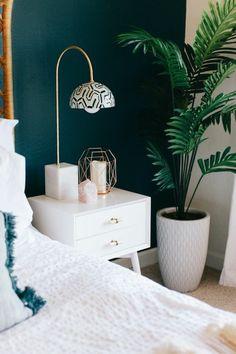 chambre mur double couleur bleu blanc, lampe de lecture, couverture de lit blanche