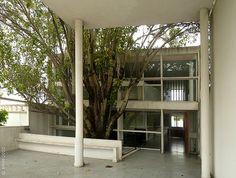 Le Corbusier) - Terraza y brise soleil fachada interior Le Corbusier, Amancio Williams, Building Images, Concrete Houses, Interesting Buildings, Building Exterior, Building Structure, Brutalist, Glass House