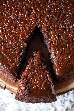 Coconut Caramel Chocolate Upside Down Cake - Mind Over Batter Gateau Choco Caramel, Chocolate Caramels, Chocolate Cake, Carmel Chocolate, Just Desserts, Delicious Desserts, Yummy Food, Coconut Desserts, Coconut Cakes