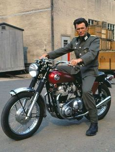 """"""" Clint Eastwood em sua motocicleta Triumph no set de O Desafio das Águias , 1968. """""""