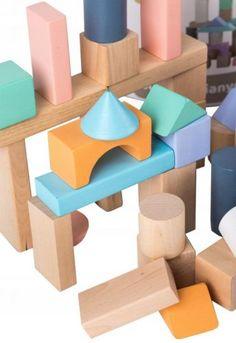 Τα ξύλινα πολύχρωμα τουβλάκια σε παστέλ αποχρώσεις είναι ιδανικά ακόμη και για πολύ μικρά παιδιά.