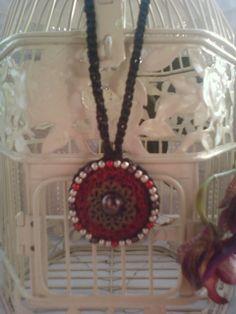 collier au crochet noir satiné pendentif perlé : Collier par chely-s-creation