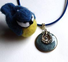 Pendentif rond bleu nuit de style rétro et son cordon de soie