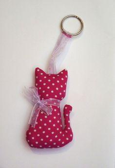 Kulcstartó macska, Mindenmás, Dekoráció, Kulcstartó, Rózsaszín alapon fehér pöttyös anyagból készült maroknyi cica díszítheti kulcsaid. Tásk...