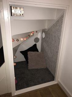 Een hutje/speelhoek voor de kleintjes in de loze ruimte onder de trap. Trapkast/ruimte onder de trap/knus. Room Under Stairs, Secret Rooms, Accra, Stairway To Heaven, Organising, Stairways, Nook, Interior And Exterior, Playroom