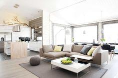 Harmonisilla sävyillä sisustettu valoisa ja viihtyisä olohuoneen ja ruokailutilan yhdistelmä