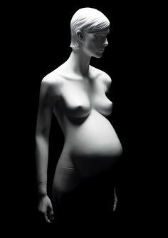 MATERNITY presentation mannequins #FemaleMannequins #whitesculpture #pregnantfashion #tenebrism