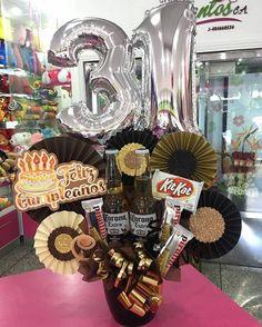 Porque a Ellos 💙 También le gustan los detalles...!! @dencantos #CreacionesDencantos #Dencantos #Floristeria #Tarjeteria #Peluches #Regalos #CalleComercio #Cagua #Aragua #Detalles #Globos #Cumpleaños #ParaEl #Toppers Candy Bouquet Diy, Gift Bouquet, Balloon Bouquet, Candy Arrangements, Alcohol Gifts, Diy Crafts For Gifts, Party In A Box, Gift Packaging, Balloons
