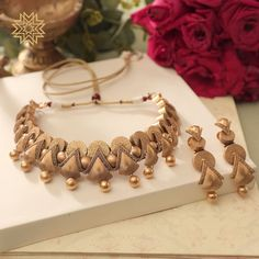 Gorgeous in Gold! Gold Necklace Simple, Gold Jewelry Simple, Stylish Jewelry, Fashion Jewelry, Gold Bangles Design, Gold Jewellery Design, Manubhai Jewellers, Colar Fashion, Indian Jewelry Sets