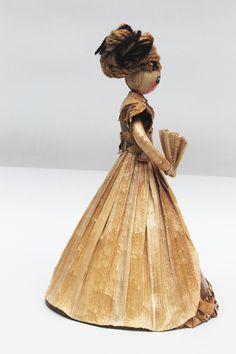 Dolls hand made. Dama con abanico. Pequeña escultura en calceta de plátano. Estructura en alambre. Artesanía.