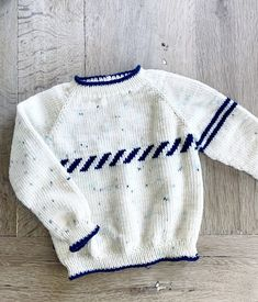 Knitting Dolls Clothes, Doll Clothes, Baby Barn, Sweater Knitting Patterns, Knitting For Kids, Knitted Shawls, Baby Sweaters, Knit Cardigan, Free Pattern