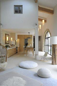 joli salon d'esprit retro chic avec coussins de sol blancs