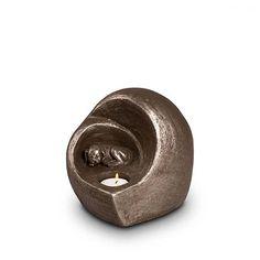 Nieuw op https://www.urnwebshop.nl/dierenurnen/. Snelste levertijd door directe inkoop bij de maker! Binnen enkele dagen!  Zilverkleurige Keramische Dieren Art Urnen van onze eigen urn-keramist Geert Kunen.  Keramische honden urnen, katten urnen en dieren kaarshouder urnen. Diverse maten. Voor binnen- en buitengebruik.