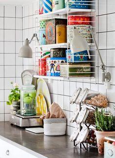 Uma linda cozinha com azulejos brancos