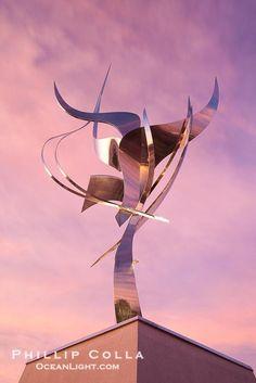Flama de la Amistad, a statue by Leonardo Nierman 20 feet tall