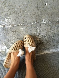Straw house slippers, housewarming gift woven shoes gift bridesmaid pom tassel slippers wedding party gift farm house decor spa hotel - Welcome Boho Fashion, Fashion Shoes, Wedding Slippers, Boho Stil, Gifts For Wedding Party, Womens Slippers, Me Too Shoes, My Style, House Guests
