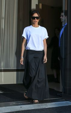 For a minimalist look, try a white t-shirt with a black skirt and comfy sandals. Victoria Beckham Outfits, Victoria Beckham Style, Fashion Wear, Look Fashion, Fashion Outfits, Look Star, Cotton Maxi Skirts, Pantalon Large, Casual Work Outfits