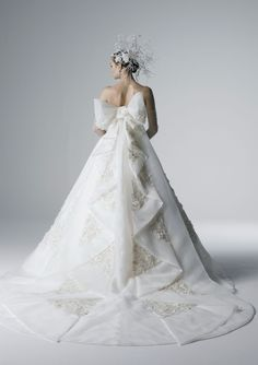 What a fabulous bow, train and headpiece! Yumi Katsura Wedding Dresses, Sexy Wedding Dresses, Bridal Dresses, Wedding Gowns, Beautiful Gowns, Beautiful Bride, Wedding Bride, Wedding Styles, Ball Gowns