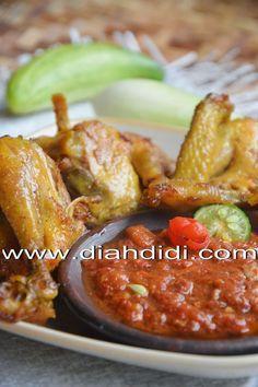 Diah Didi's Kitchen: Ayam Goreng Kunyit Plus Sambal Dadak Asian Recipes, Beef Recipes, Cooking Recipes, Healthy Recipes, Chicken And Beef Recipe, Chicken Recipes, Sambal Recipe, Diah Didi Kitchen, Indonesian Cuisine