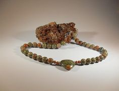 Verdit-Halskette, handgefertigtes Einzelstück, 45 cm lang, Verdit-Perlen 12 mmen, Herz-Anhänger aus Verdit 30x30 mm, antiallergener, silberfarbener Karabinerverschluss