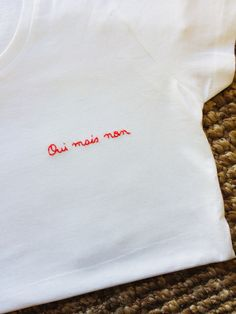 T-shirt brodé phrase – Embroidery Desing Ideas Embroidery On Clothes, Simple Embroidery, Shirt Embroidery, Embroidered Clothes, Embroidery Stitches, Custom Clothes, Diy Clothes, Clothes Women, Broderie Anglaise Fabric