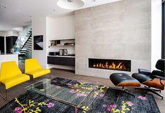 Beau tapis au sol et fauteuils jaunes, design de Shirley Meisels pour Rox Residence.