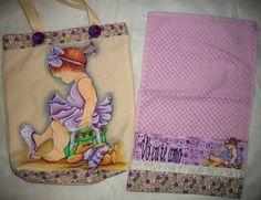 Kit composto por uma bolsa 40 x 45 cm confeccionada em tecido de algodão de lonita com detalhes em tecido de algodão e uma toalha de lavabo ( de mão) personalizada, ambos pintados a mão, com opções de cores e temas a serem pintados. <br>Verificar disponibilidade do tecido estampado.