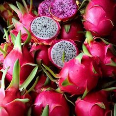 Pitaya / Dragon fruit: tropical fruit, native to Central and South America (Guat . Dragon Fruit Pitaya, Red Dragon Fruit, Fruit And Veg, Fruits And Vegetables, Fresh Fruit, Pink Fruit, Photo Fruit, Fruit Photography, Beautiful Fruits