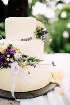 Weiße #Hochzeitstorte mit Blumen verliert #Flieder