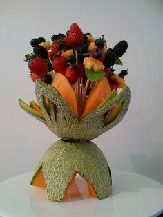 Carved Rockmelon Cantaloupe Vase with Fruit Stems Watermelon Art, Watermelon Carving, Food Carving, Carving Board, Fruit And Veg, Fruits And Vegetables, Deco Buffet, Fruit Sculptures, Baby Shower Menu