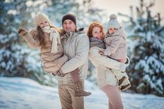 Семейная фотосессия за 30 минут Snow Family Pictures, Winter Family Photos, Winter Pictures, Winter Family Photography, Family Picture Colors, Family Christmas Cards, Winter Love, Family Portraits, Outfit
